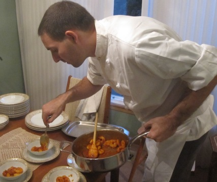 preparación de platos para una cena privada