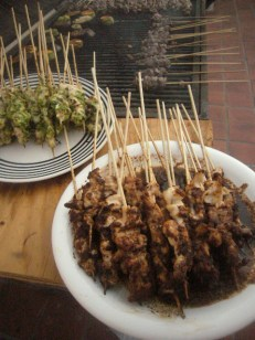 carnes grilladas con salsas de Indonesia, Camerún y la Grecia en Argentina