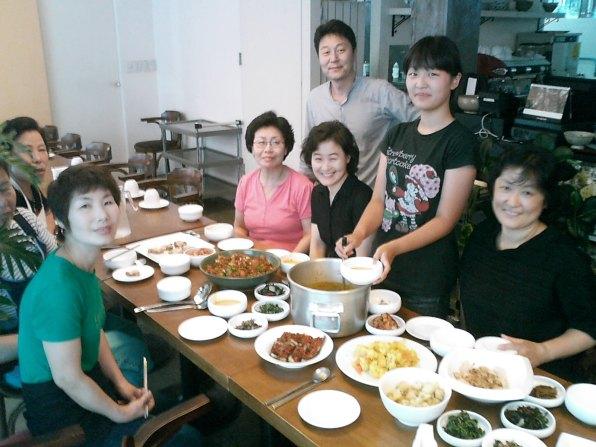 Comida de varios países preparada para el equipo de cocineros en Corea