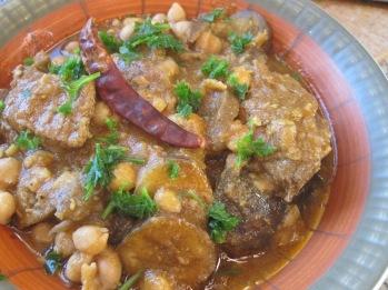 plato tunecino con carne, garbanzos en salsa de berenjena