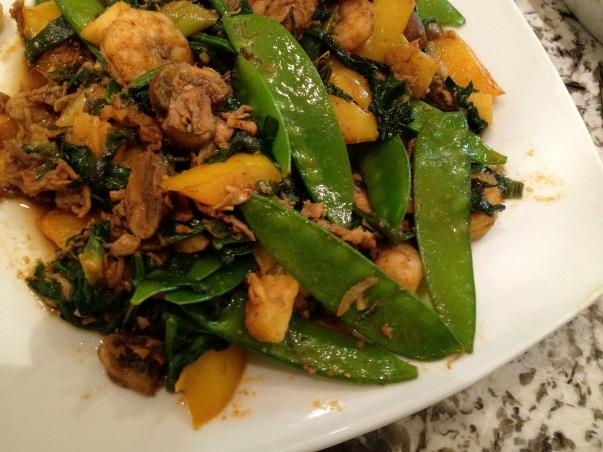 plato tailandés con arvejas chinas, piña, cerdo, espinaca - thai dish with snowpeas, pork, pineapple, and spinach