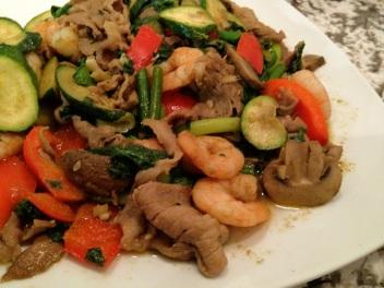 Plato tailandés de verduras, carne y camarones - Thai vegetable and meat stirfry