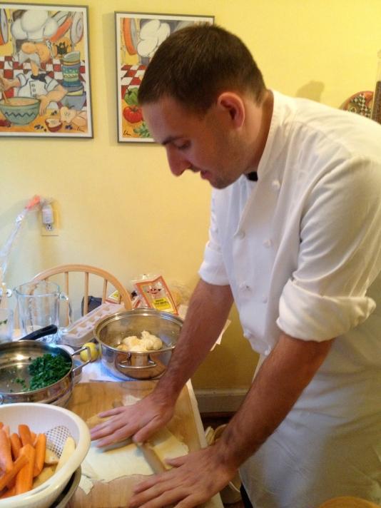 preparando la masa para el plato 'brique' de Túnez, evento culinario para Claudia y amigos