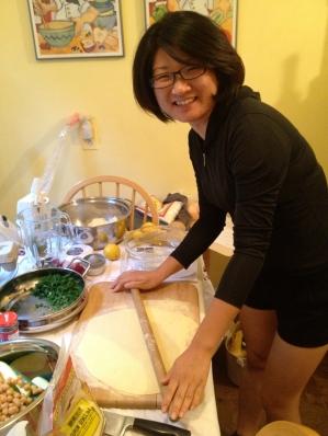 Kai-An, participante en el evento culinario de comida tunecina, me ayudaba con la preparación, aprendiendo y comiendo!