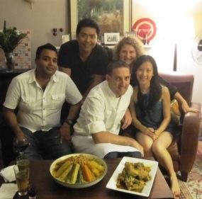 con Claudia y sus amigos en un evento de comida tunecina