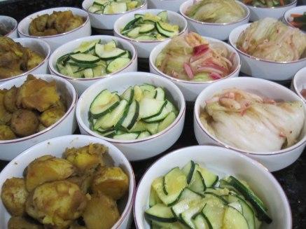 Banchan - platicos compartidos de acompañamiento, incluyendo el famoso Kimchi Korean side dishes (banchan) including Kimchi prepared in my home.