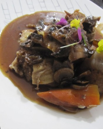 Estofado de costillas coreanas en su reducción. Korean rib stew in reduced sauce.