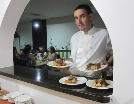Servicio del último plato fuerte. Delivering the final main dish.