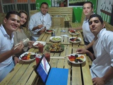 El equipo de La Ventana - Comida Sostenible disfrutando la comida después del servicio. The team from La Ventana - Comida Sostenible, enjoying the food after an eventful evening!