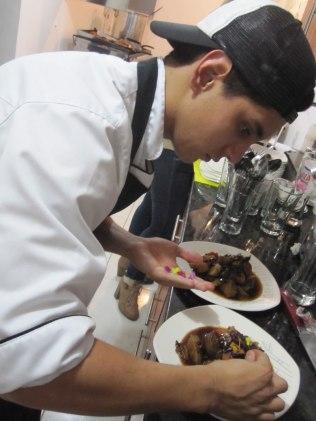 Sebastian preparando los platos de estofado coreano. Sebastian preparing the vegetarian Korean stew.