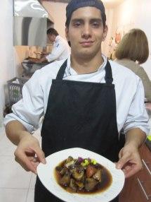El Chef Cocinero Sebastian de La Ventana con su presentación del estofado coreano vegetariano. La Ventana's Chef Sebastian with his presentation of vegetarian Korean stew.