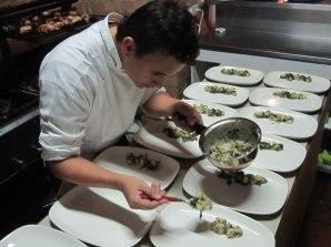Juan Sebastián preparando los platos