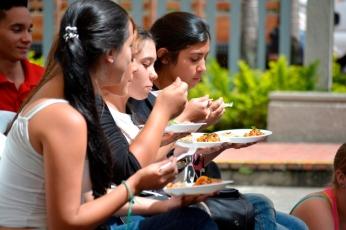 El público disfrutando la comida, desafío de chefs