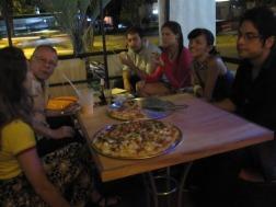 noche de pizzas de mi creación con amigos