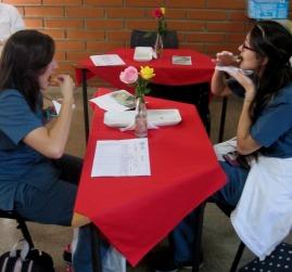 Estudiantes disfrutando una muestra francesa