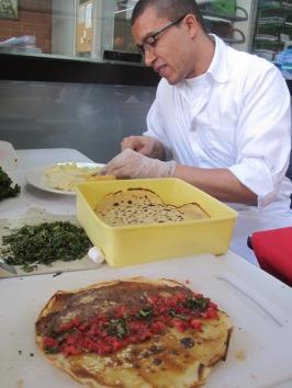 Preparando las crepas y quesos con David